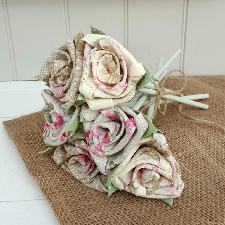 mazzo di fiori realizzato fai da te con delle rose in stoffa dai colori shabby