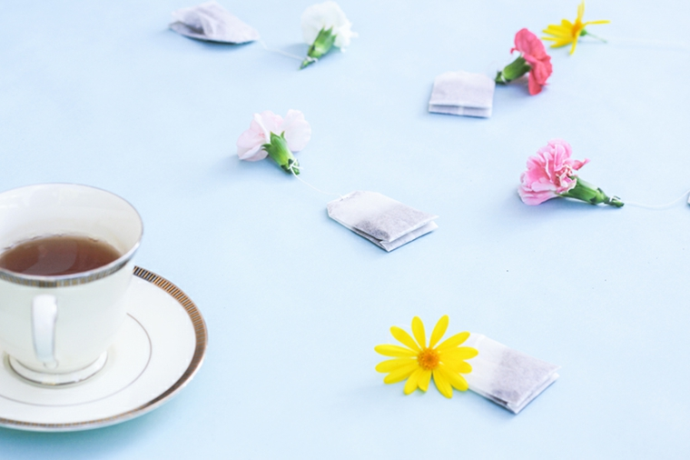 idea creativa per lavoretti festa della mamma, delle bustine di tè con fiori colorati sul filo