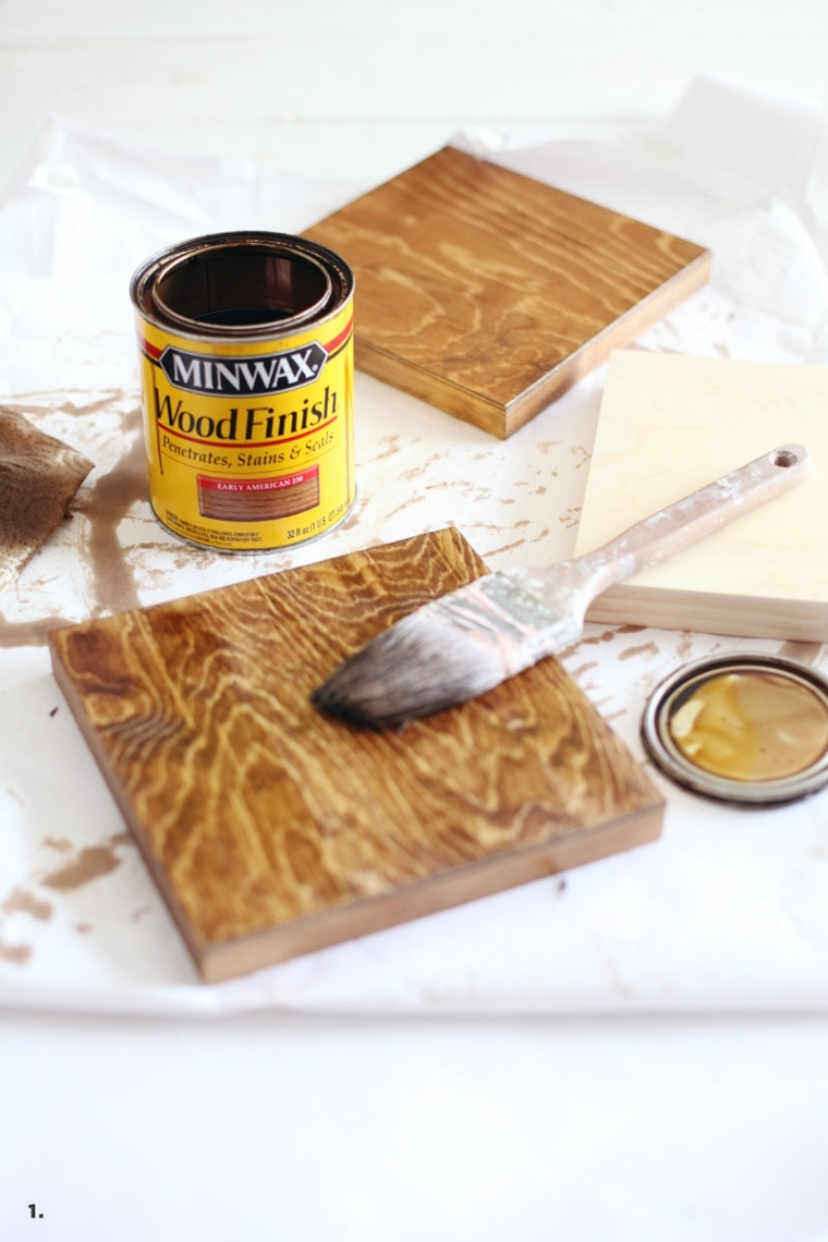 mattonelle di legno trattate con una finitura applicata con un pennello, lavoretti per la mamma facili