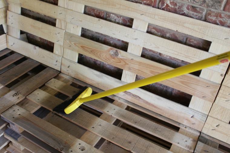 passaggio relativo alla rifinitura del legno dei divani con bancali fai da te