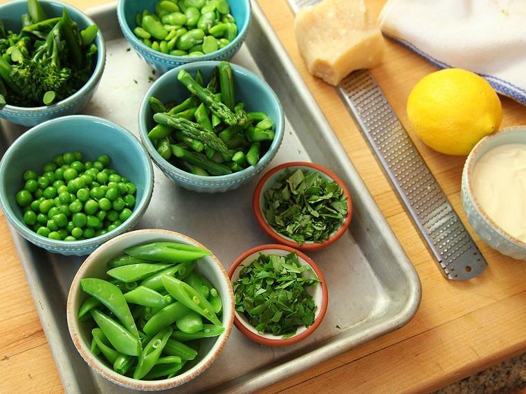 Verdure fresche di stagione in ciotole di colore blu, cosa mangiare a cena