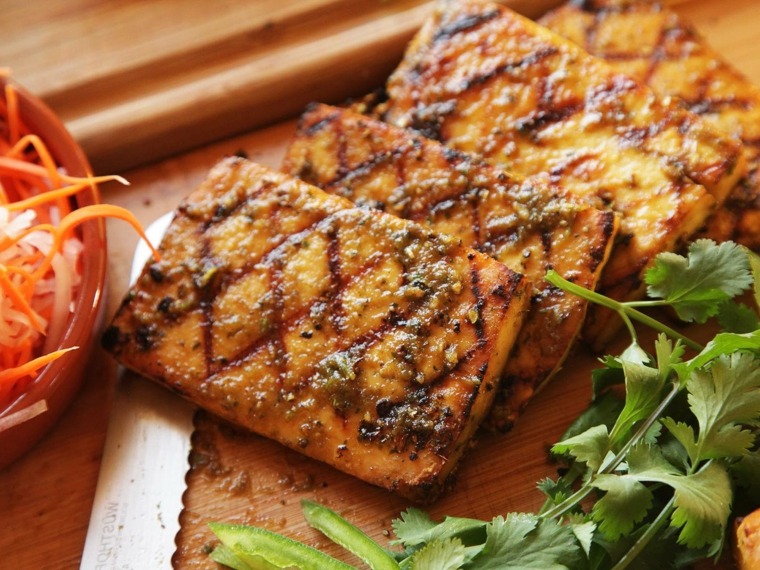 idea per tofu affumicato ricette con un contorno di carote tagliate fini