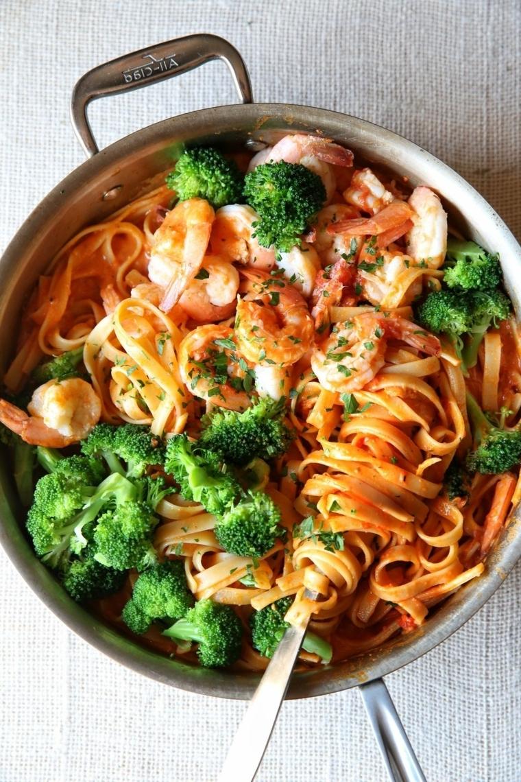 Secondi piatti estivi, fettuccine al pomodoro con broccoli e scampi, padella di acciaio inox