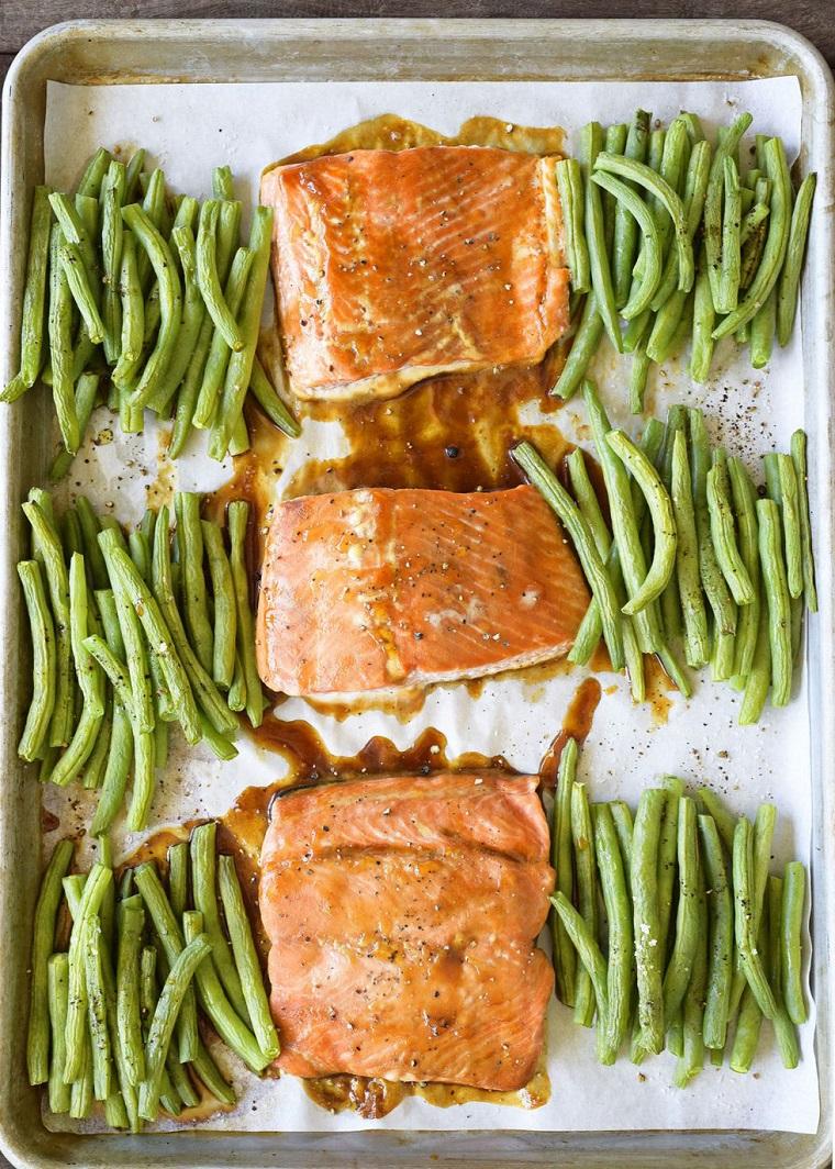 Cena sfiziosa e veloce, filetti di salmone preparati al forno su carta da forno, contorno di fagiolini