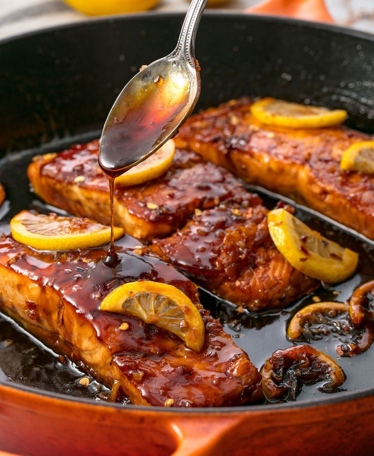 Filetti di salmone con glassa e pezzettini di limone, ricette veloci estive per cena