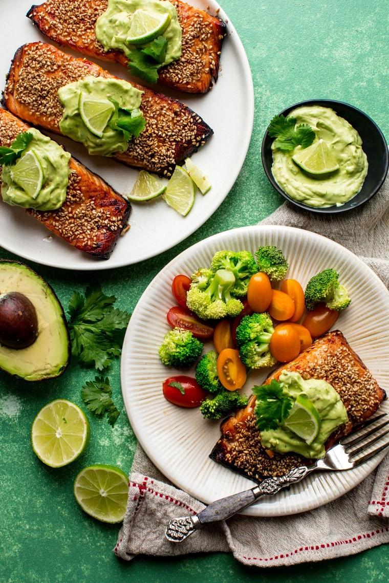 Cena veloce, filetti di salmone preparati al forno, contorno di verdura fresca e salsa di avocado