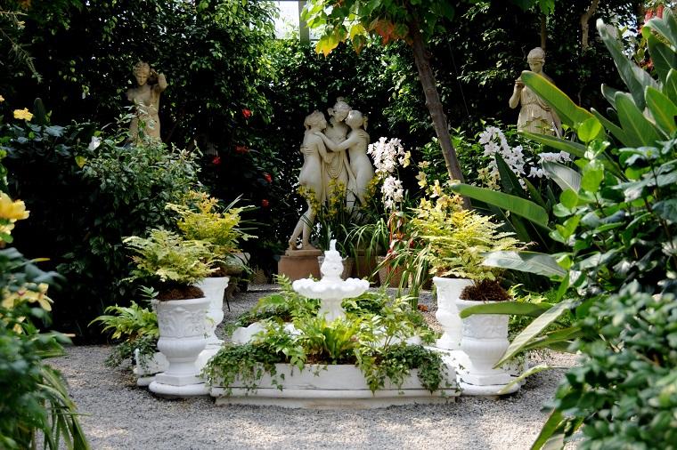 Decorazione giardino con una fontana e statue, idee per il giardino piccolo