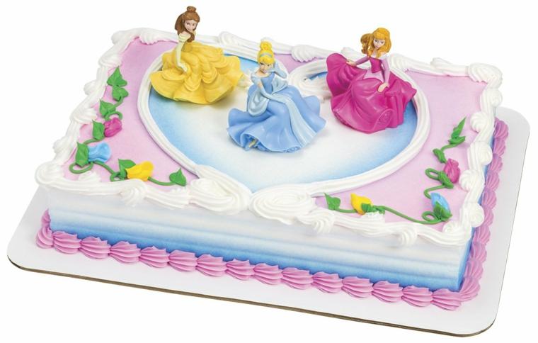 Torta con le principesse della Disney, panna montata di colore bianco e viola, figurine non commestibili