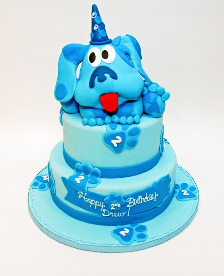 Torta di compleanno per un bimbo di due anni, decorata con la faccia di un cagnolino di colore azzurro