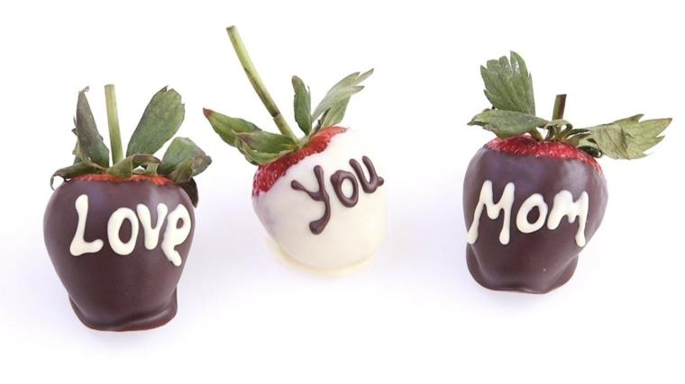 idea golosa per la festa della mamma, delle fragole ricoperte di cioccolato con una dedica