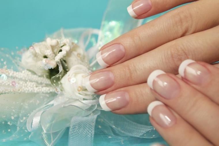 Unghie gel french bianco, manicure di media lunghezza dalla forma arrotondata, bomboniera piccola