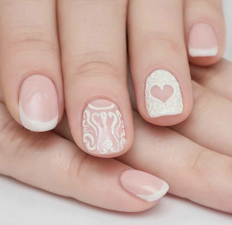 nail art creativa e romantica, adatta anche ad una sposa con unghie rosa antica e decorazioni bianche