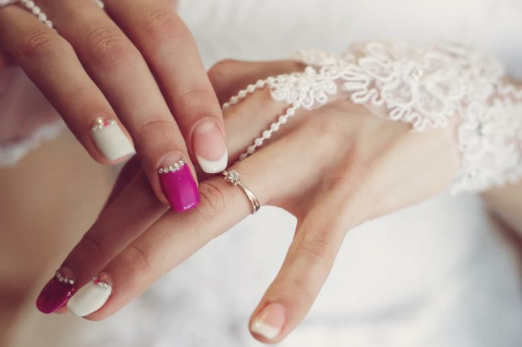 Unghie sposa, french manicure inversa di diverso colore, decorazione con brillantini piccoli