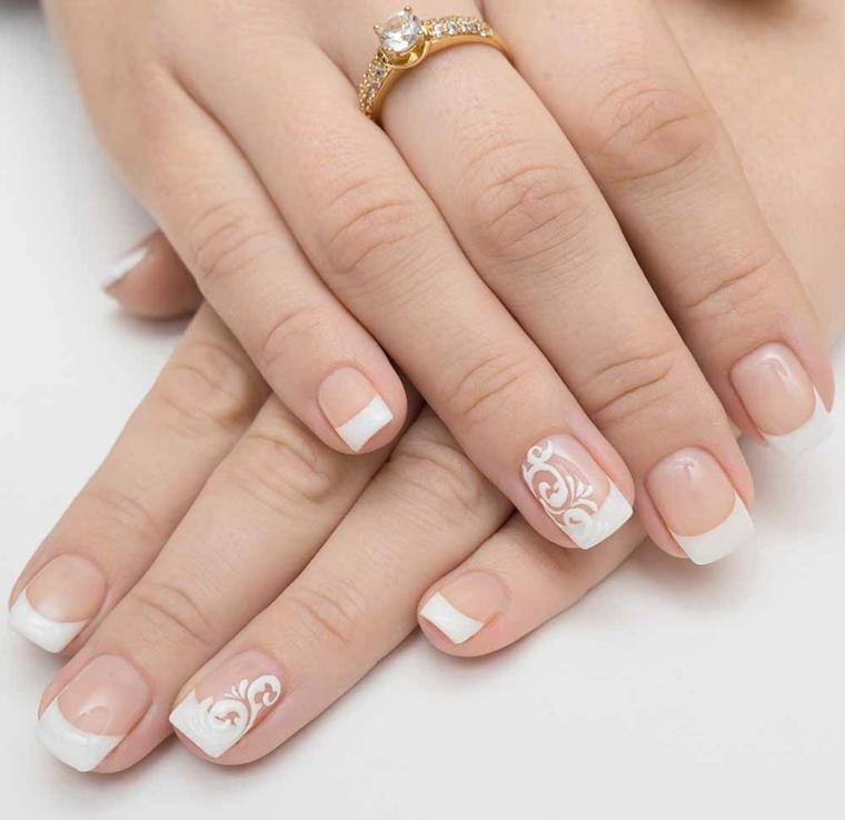 nail art raffinata ideale anche per una sposa, french manicure con unghie chiare e anulare decorato