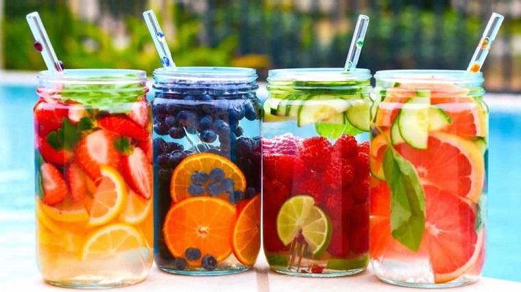 Acqua detox brucia grassi, barattoli di vetro con aromatizzata alla frutta