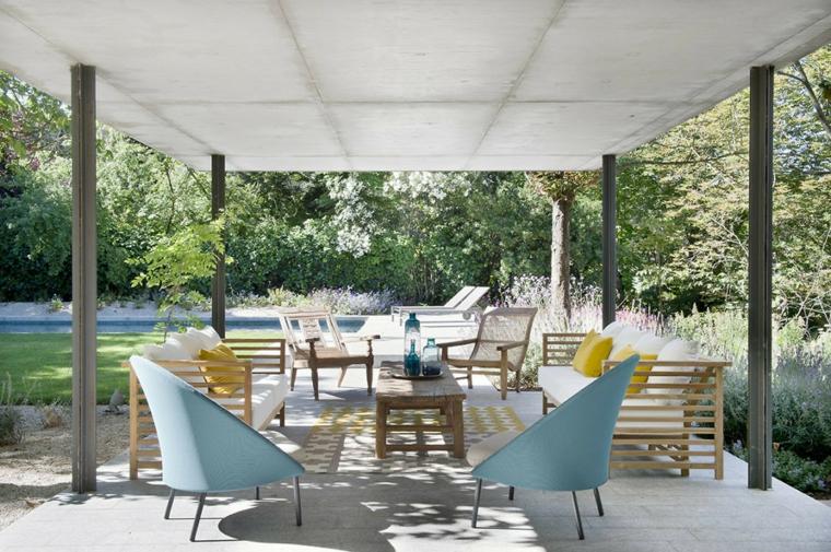 Set di mobili in legno con pergola, giardino con piscina e tante piante sempreverdi