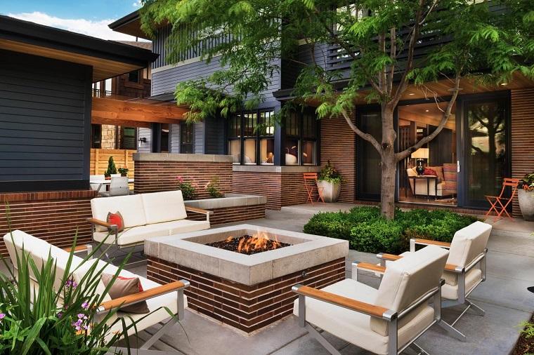 Idee per il giardino, arredamento con mobili moderni e un camino rettangolare in cemento