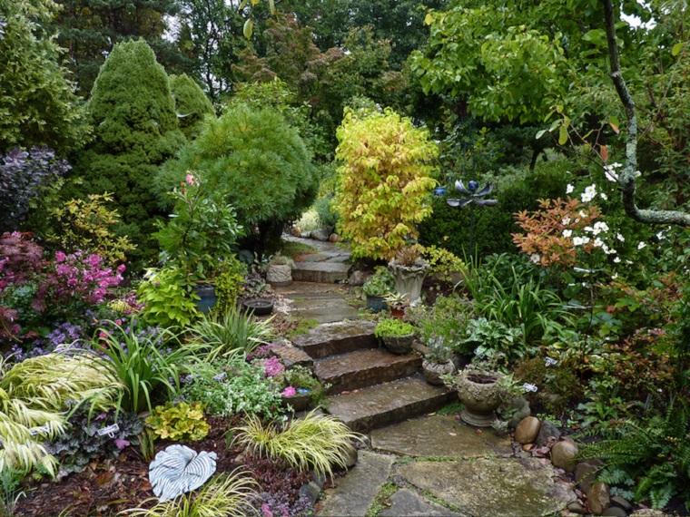 Idee per abbellire il giardino con piante e fiori sempreverdi, area esterna in pendenza con scalini
