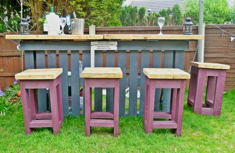 prato e un bar da esterno composto da un bancone e degli sgabelli: idee pallet originali