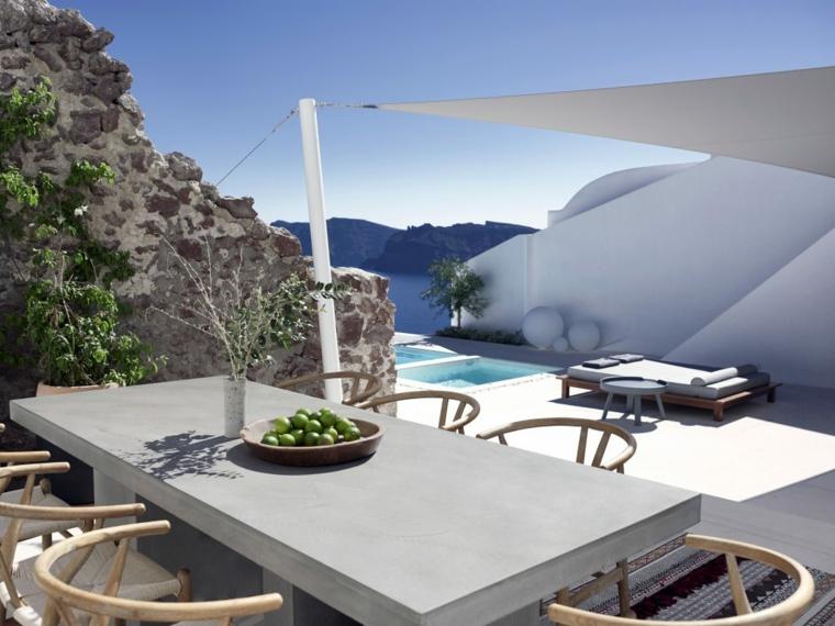 Piccola piscina in un giardino minimal, tavolo e sedie in legno, sdraio matrimoniale al sole