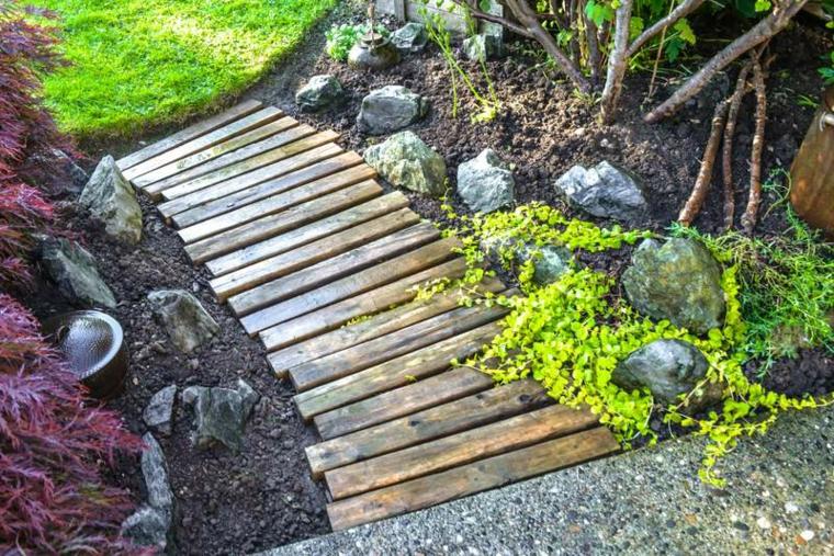 giardino con un sentiero in discesa realizzato con delle assi in pallet