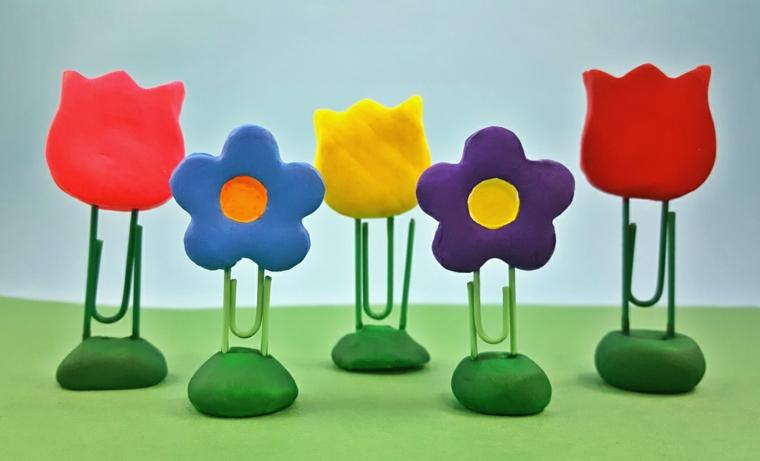 originali graffette decorate con dei fiori realizzati con la pasta modellabile colorata, lavoretti mamma