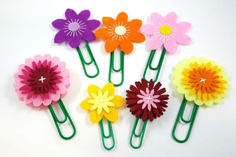 originali graffette decorate con dei fiori in stoffa colorata viola, gialli, arancioni, lavoretti mamma