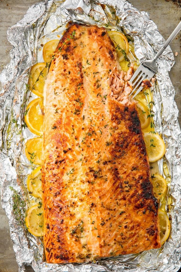 Ricette veloci, filetto di salmone preparato al forno in foglio di alluminio e pezzettini di limone