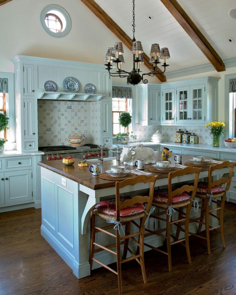 bellissima proposta di cucina shabby con mobili azzurro pastello, travi a vista e sedie in legno