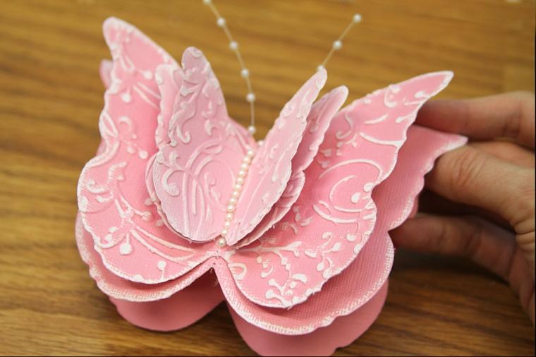 farfalla di carta rosa decorata a più strati. un'idea regalo per la festa della mamma