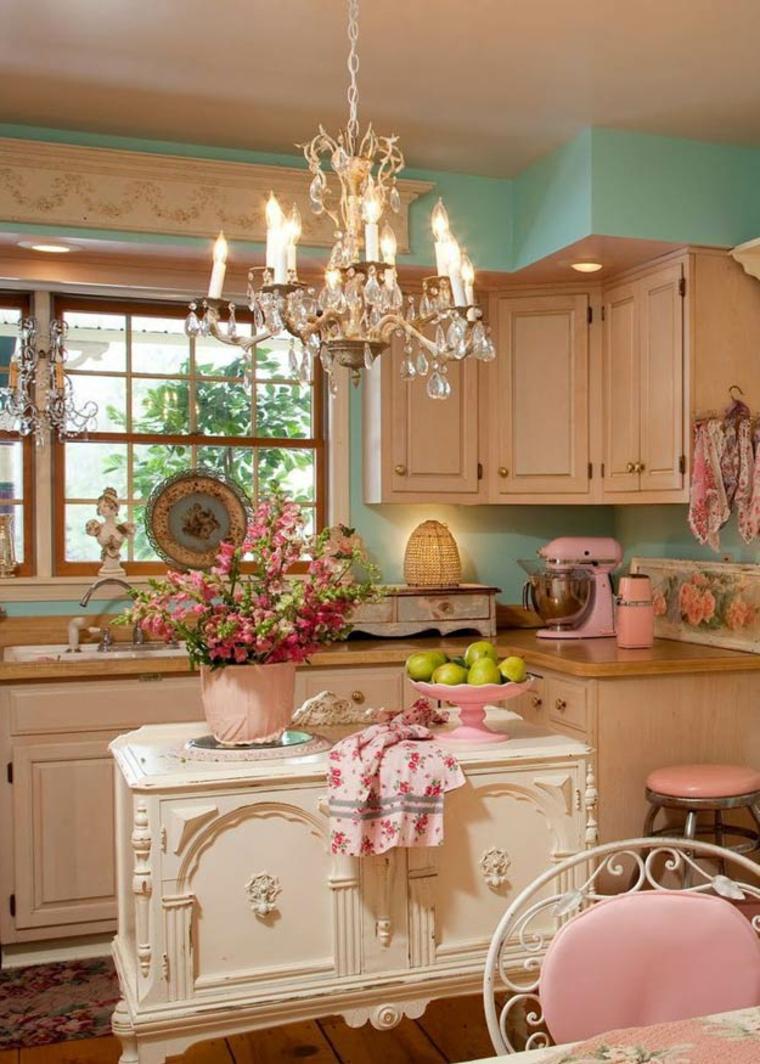 romantica soluzione per arredare una cucina shabby con lampadario a candelabro e mobili color pastello