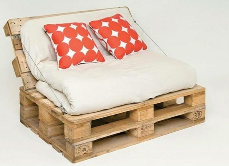 idea per realizzare fai da te un divano pallet con dei cuscini bianchi a palle rosse