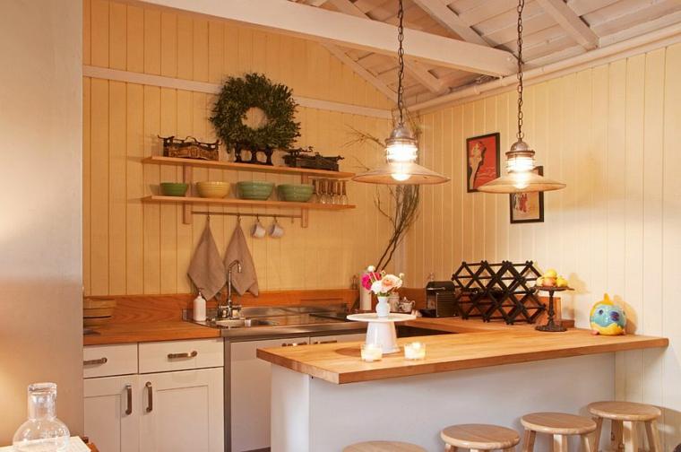 decorazioni in stile shabby chic in una cucina piccola con mobili bianchi e top in legno