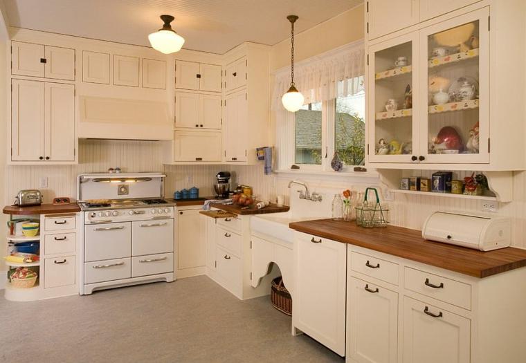 stanza ampia con mobili bianchi e top in legni, lampadari a sospensione: ambienti shabby