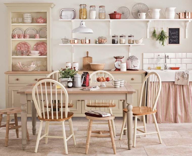 mobili della cucina dai dai colori shabby, tavolo e sedie, mensole a vista