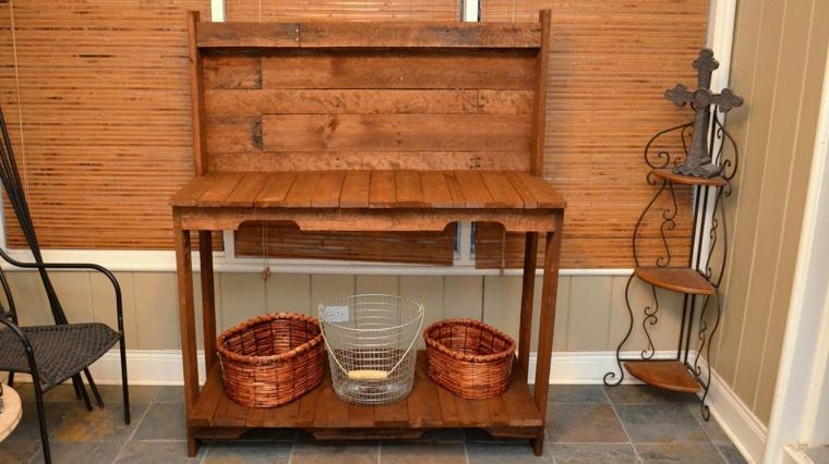 mobile realizzato con del legno di riciclo dei pallet, cestini in vimini e sedia in ferro