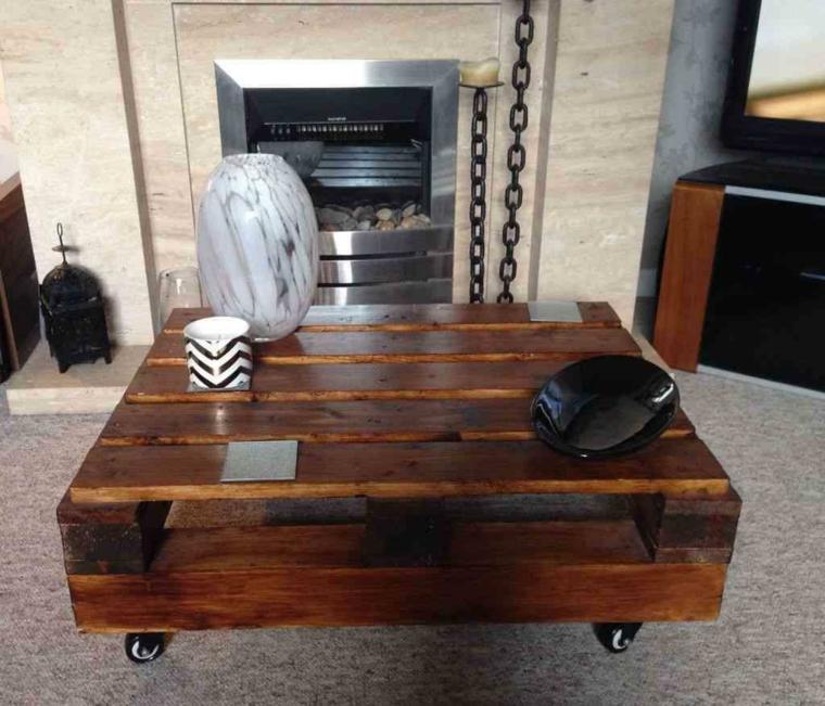 soluzioni per un riciclo creativo con un tavolo con pallet basso e verniciato di marrone scuro