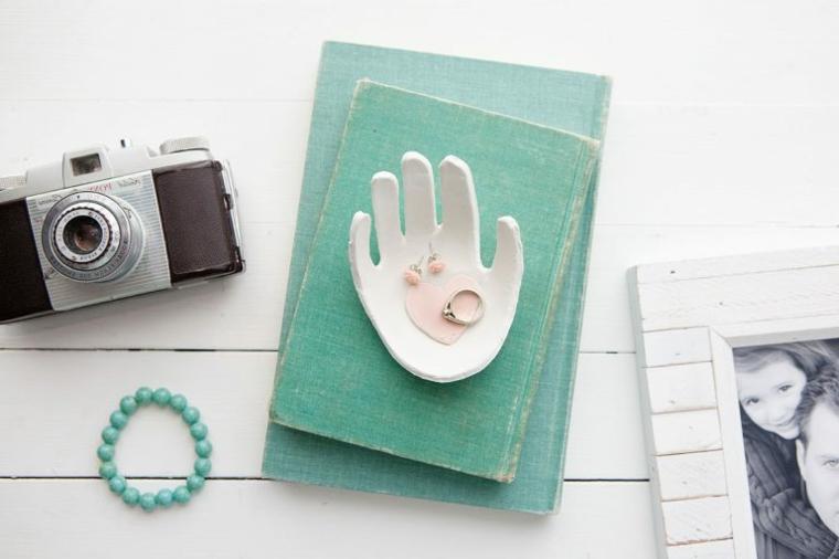 portagioie in argilla a forma di impronta di mano, idea lavoretti per la festa della mamma