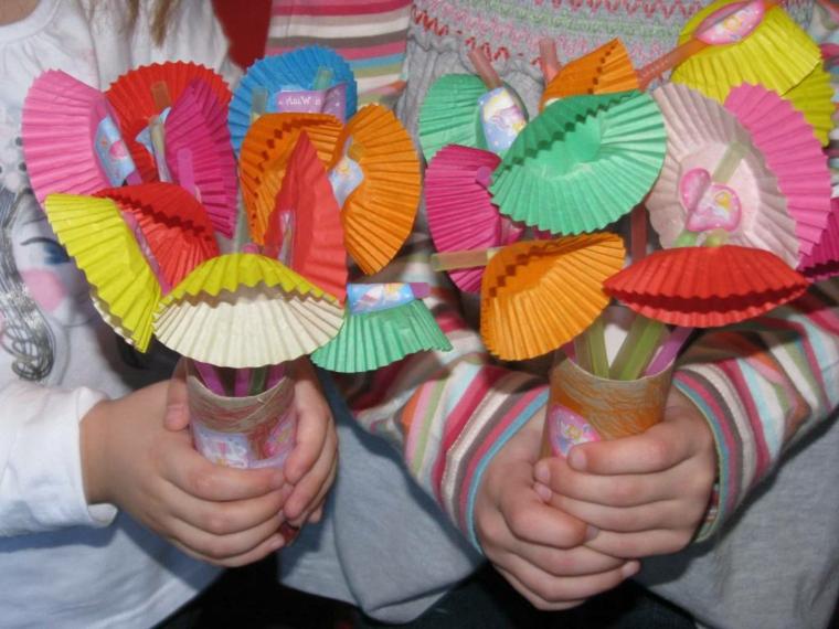 vasi di carta con degli originai fiori realizzati con dei pirottini colorati, idea per lavoretti per la mamma facili