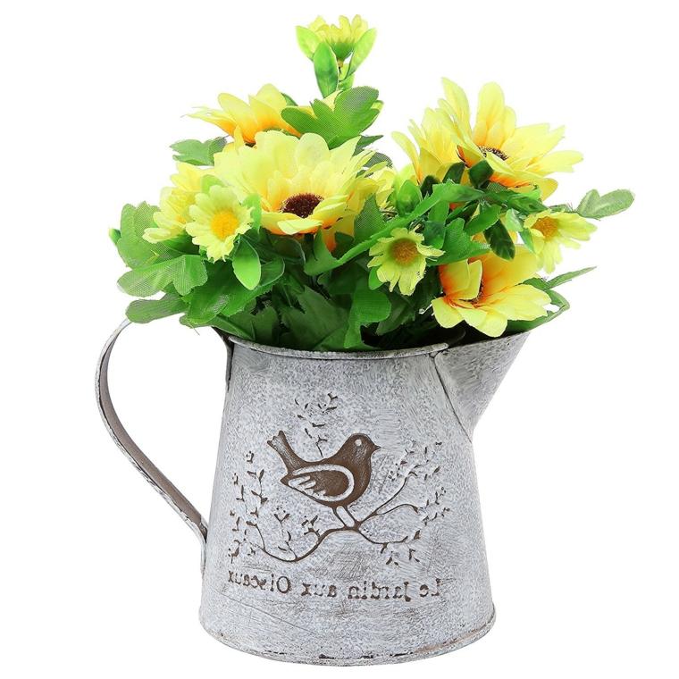 un vaso di latta con un uccellino decorato e dei fiori gialli: idea per decorare ambienti shabby chic