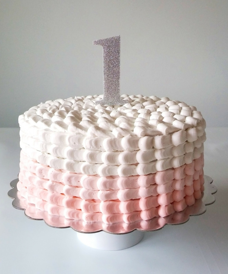 Torta di compleanno facile, candela un anno bimba, forma rotonda e decorata con crema pasticcera
