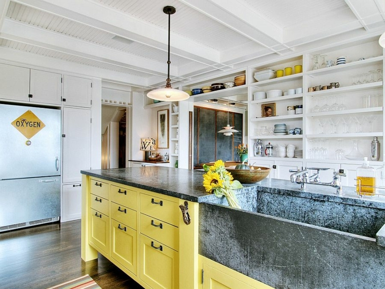 proposta di design per arredare cucine shabby moderne con mobili gialli e mensole bianche