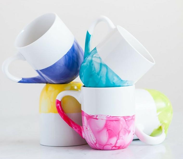 tazzine bianche con delle decorazioni colorate sul fondo, lavoretti creativi festa della mamma