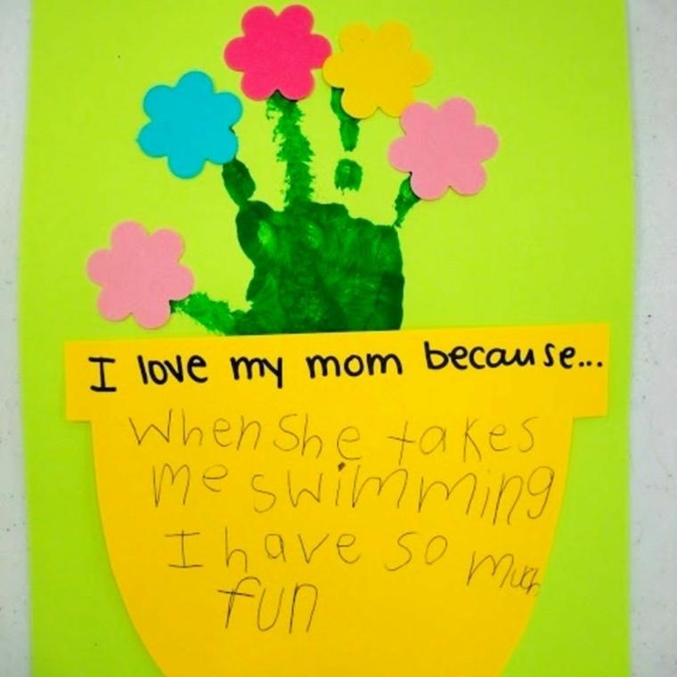 vaso giallo con una dedica e impronta della mano con dei fiori su ogni dita, disegni per la festa della mamma