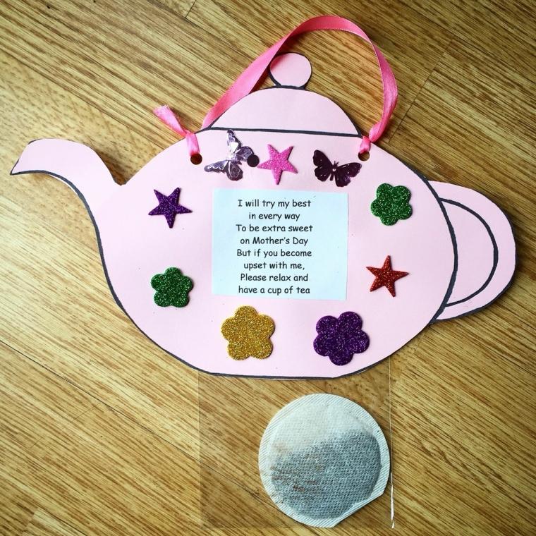 regalo fai da te per la mamma, una teiera di carta decorata con stelle, fiori e farfalle e una poesia