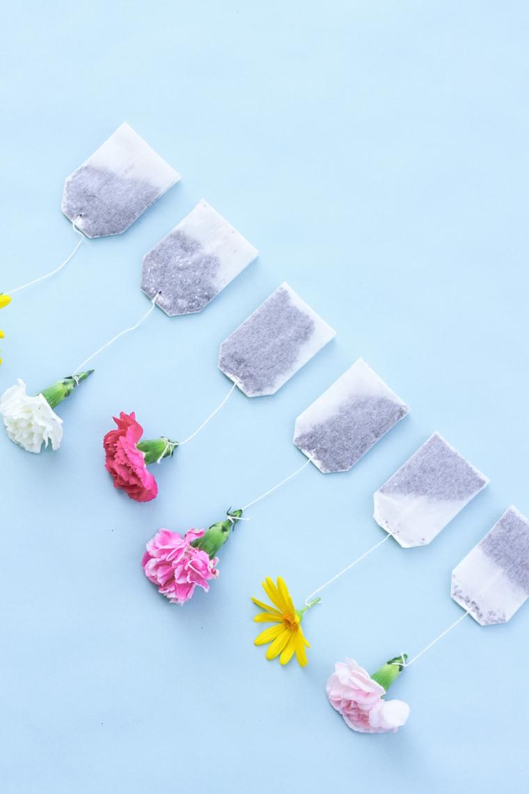 bustine di tè con dei fiori attaccati al filo, idea creativa per lavoretti mamma