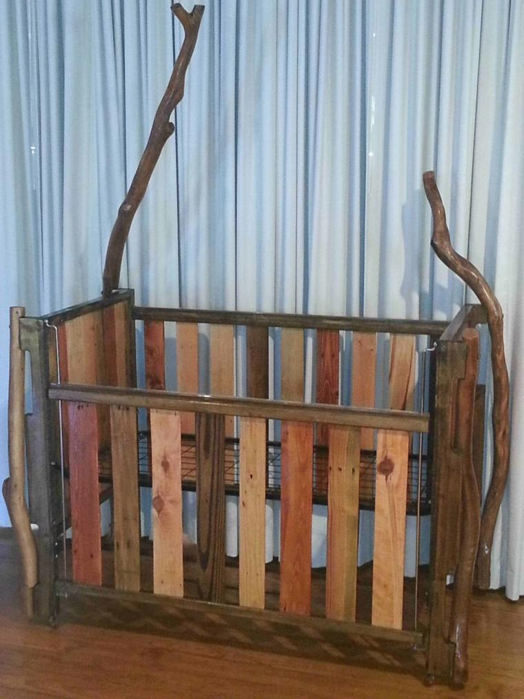 culla per bambini realizzata fai da te utilizzando delle assi verniciate dei bancali