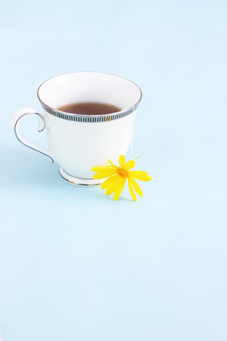 tazza di tè con all'interno una bustina decorata con un fiore giallo, idea per lavoretti festa della mamma
