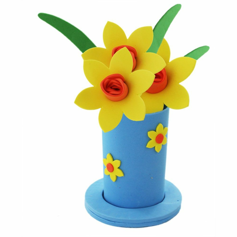 vaso azzurro con dei fiori gialli con l'interno rosso con le foglie verdi. idea per lavoretti mamma
