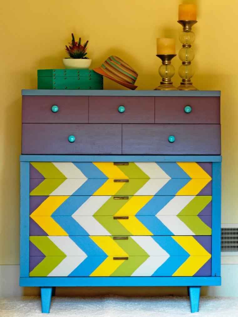 idea per realizzare dei mobili con pallet colorati e creativi, cappello, candele e una pianta grassa